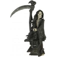 Grim Reaper stehend mit Laterne und Sense